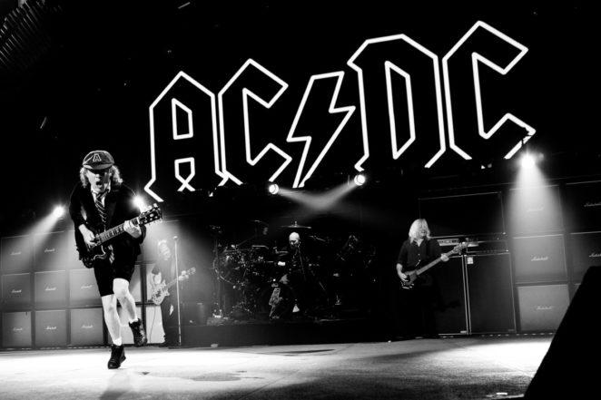 AC/DC - THUNDERSTRUCK (LIVE) LYRICS - SongLyrics.com